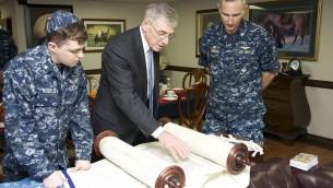 Rabbi Harold Robinson lit la Torah avec les marins à bord de l'USS George Washington. (Crédit : Domaine public)