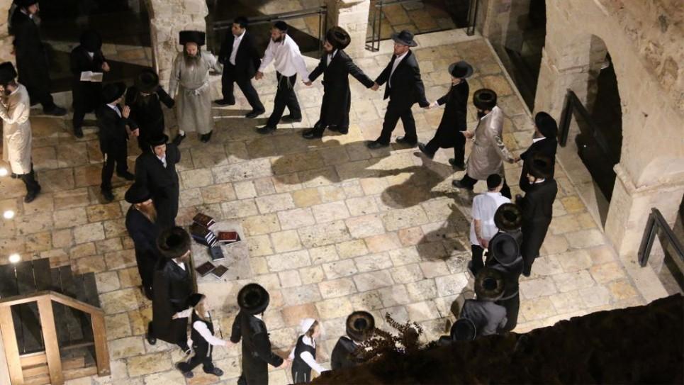 Des fidèles hassidiques dansent sur le tombeau de David sur le mont Sion le samedi soir (Crédit : Shmuel Bar-Am)
