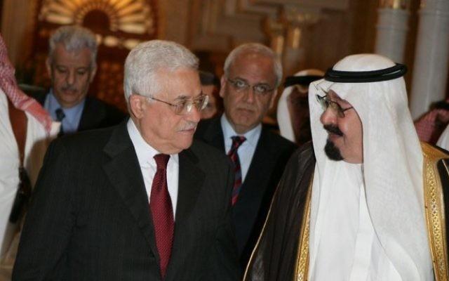 Le roi Abdallah d'Arabie saoudite (à droite) et le président de l'Autorité palestinienne Mahmoud Abbas à Riyad, le 18 juin 2014. (Crédit : Omar Rashidi/Flash90)