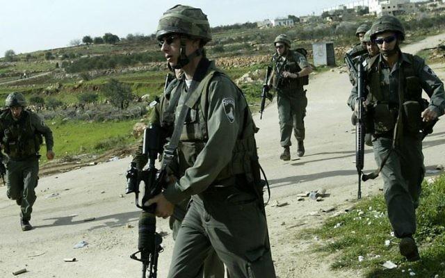 Photo illustrative de la police des frontières près du village cisjordanien de Bidu et de la barrière de sécurité. (Crédit : David Furst Flash90)