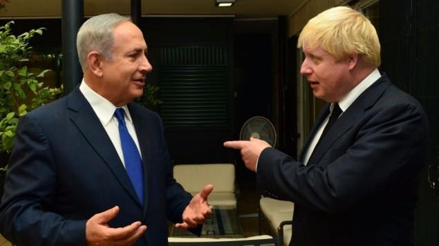 Le Premier ministre israélien Benjamin Netanyahu rencontre le ministre des Affaires étrangères britanniques Boris Johnson, le 30 septembre 2016. (Crédits : GPO)