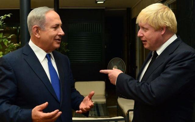 Le Premier ministre israélien Benjamin Netanyahu avec le ministre des Affaires étrangères britanniques Boris Johnson, le 30 septembre 2016. (Crédit : GPO)