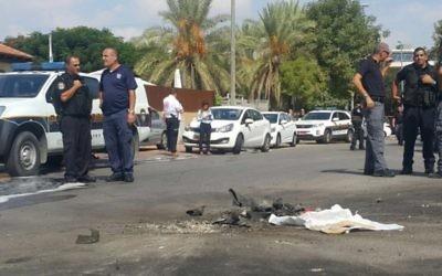 Une roquette tirée depuis la bande de Gaza a atterri sur une route de Sdérot, le 5 octobre 2016. (Crédit : police israélienne)