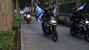 Des policiers forment une partie du cortège funéraire au mont Herzl de Jérusalem pour le premier sergent Yosef Kirma, qui a été tué dans une attaque terroriste, le 9 octobre 2016. (Crédit : police israélienne)
