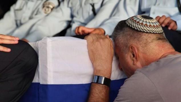 Uzi Kirma pendant les funérailles de son fils, le premier sergent Yosef Kirma, 29 ans, tué pendant une attaque terroriste à Jérusalem, le 9 octobre 2016. (Crédit : police israélienne)
