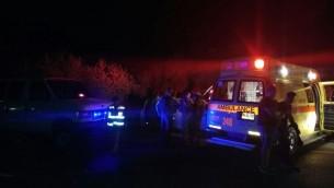 Les ambulanciers paramédicaux sur le site où une femme est morte sur la route en Cisjordanie après qu'elle et un homme ont été attaqués, le 23 octobre 2016. (Crédit : porte-parole du MDA)