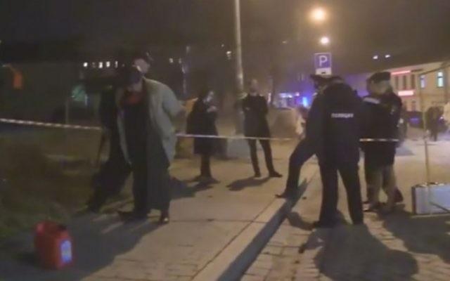 La scène de l'attaque de samedi contre une synagogue de Moscou qui a blessé un garde de sécurité (Crédit : capture d'écran YouTube)