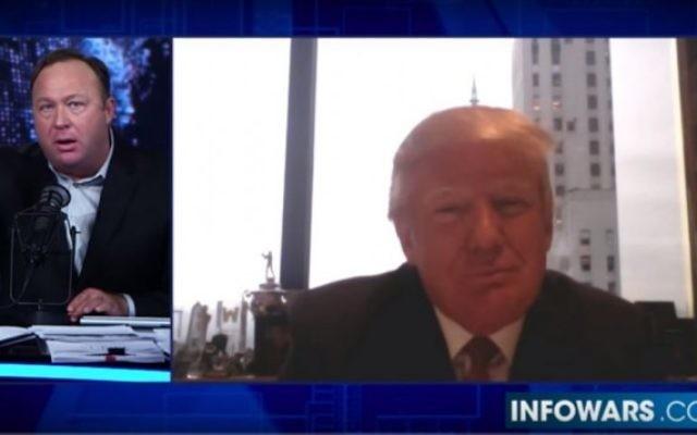 """Alex Jones, animateur d'InfoWars, a utilisé son émission, le 26 octobre 2016 pour s'élever contre la """"mafia juive"""", avait reçu les compliments de Donald Trump pour sa """"super réputation"""" en décembre 2015. (Crédit : capture d'écran Youtube)"""