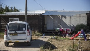 Vue d'une rue et des caravanes à l'avant-poste juif d'Amona en Cisjordanie, le 28 juillet 2016 (Crédits : Hadas Parush/flash90)