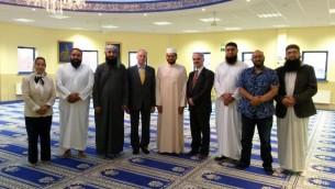 Jonathan Arkush (4e à partir de la gauche), et Laurence Saffer (6e de gauche), Président du Conseil représentatif des institutions juives de Leeds, rencontre l'imam Qari Asim MBE (5e à gauche) et d'autres représentants musulmans à Leeds à la mosquée Masjid le 25 août, 2016. (Crédit : autorisation)