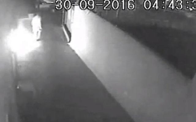 Les image de la caméra de sécurité montrent un client déçu en train de mettre le feu à un restaurant de Netanya le 30 septembre 2016 (Crédit : Capture d'écran Deuxième chaîne)