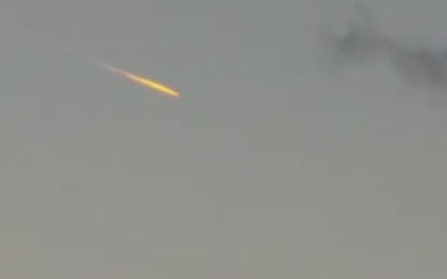 Une mystérieuse boule de feu orangée dans le ciel du centre d'Israël, le 24 octobre 2016. (Crédit : capture d'écran Deuxième chaîne)