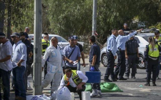 La sécurité israélienne sur le lieux de l'attentat terroriste dans un quartier de l'Est de Jérusalem, dans la quartier de Sheikh Jarrah, le 9 octobre 2016 (Crédits :Shlomi Cohen/Flash90)