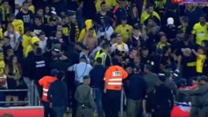 Affrontements entre des supporters du Beitar Jérusalem et les forces de police au Stade Teddy à Jérusalem, le 1er mai 2016. (Crédit : capture d'écran Youtbe/ONE)