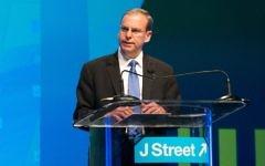Le directeur général de J Street, Jeremy Ben-Ami, pendant la conférence de l'association, à Washington, le 21 mars 2015. (Crédit : JTA/J Street)