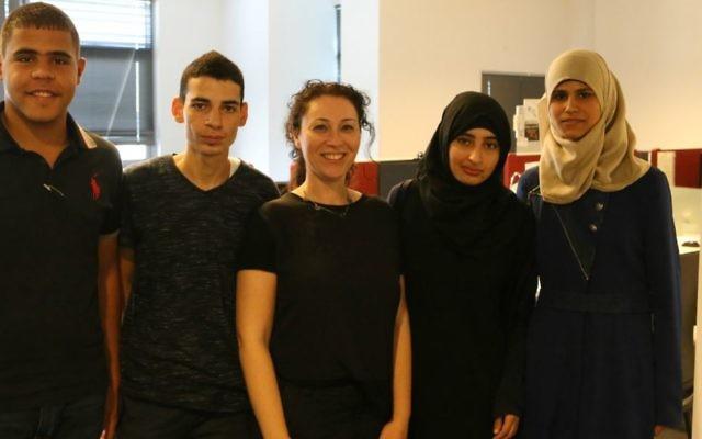 Les étudiants de Bridgetech avec Ariel Dloomi au centre. (Crédit : autorisation)