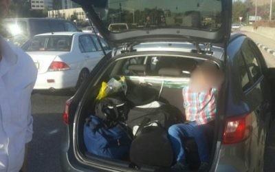 Un enfant dans le coffre de la voiture familiale après y avoir été placé par ses parents, déclenchant des craintes d'un enlèvement, le 17 octobre 2016. (Crédit : police israélienne)