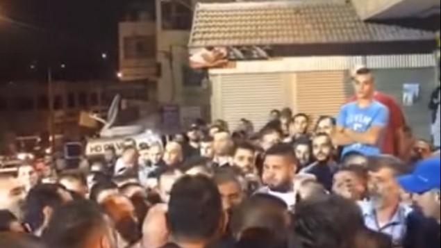 Célébrations devant la maison de Jérusalem Est du terroriste qui a assassiné deux Israéliens, le 9 octobre 2016. (Crédit : capture d'écran YouTube)