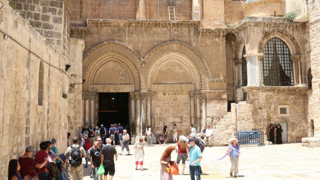 L'entrée de l'église du Saint-Sépulcre, à Jérusalem. (Crédit : Shmuel Bar-Am)