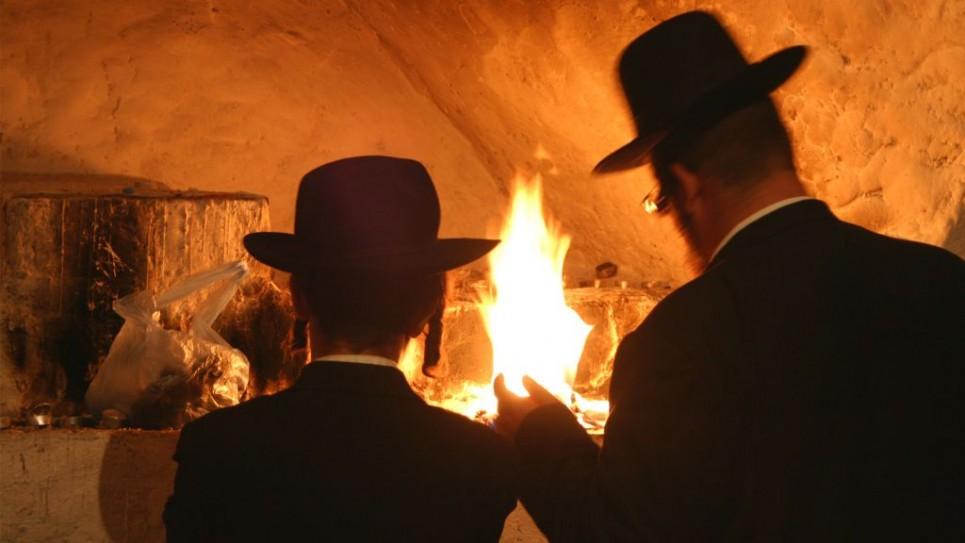 Des juifs religieux sur ce qui semblerait être le tombeau du Roi David (Crédit : Shmuel Bar-Am)