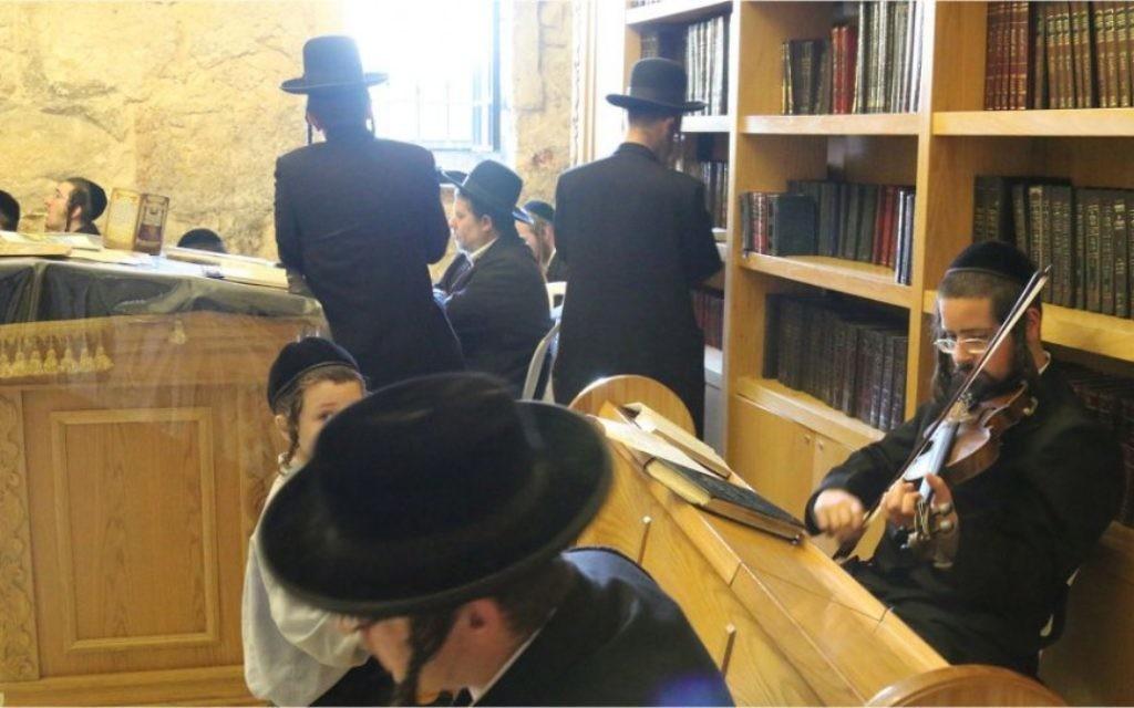 Des fidèles ultra-orthodoxes sur site du tombeau du Roi David (Crédit : Shmuel Bar-Am)