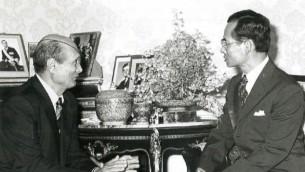 Le roi Bhumibol Adulayej (droite) rencontre le défunt minisitre de la Défense israélien Moshe Dayan, phot non datée (Crédit : Ambassade israélienne de Thaïlande)