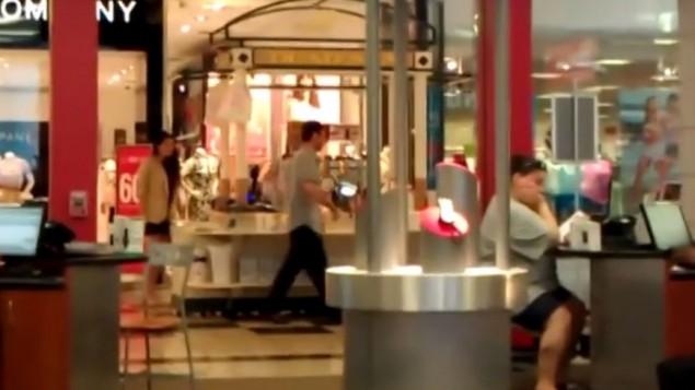 Un kiosque vendant des produits de beauté israéliens dans un centre commercial américain. Illustration. Les personnes visibles sur la photographie ne sont pas liées au contenu de cet article. (Crédit : capture d'écran YouTube)