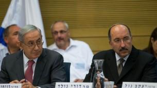 Benjamin Netanyahu à gauche, avec Dore Gold, lors d'une session du State Control Comittee à la Knesset le 25 juillet 2016. (Crédits : Yonatan Sindel/Flash90)
