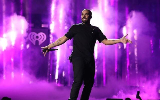 Drake sur la scène du festival iHeartRadio 2016 à Las Vegas, le 23 septembre 2016. (Crédit : Christopher Polk/Getty Images for iHeartMedia)