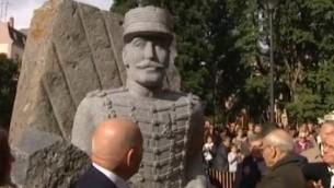 Une statue érigée à la mémoire d'Alfred Dreyfus, le 21 octobre 2016 (Crédit : capture d'écran YouTube)