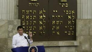 Le président philippin Rodrigo Duterte durant son discours à la synagogue Beit Yaakov, l'association juive des philippins de Makati City, au sud de Manila, le 4 octobre 2016. (Crédit : Aaron Favila/Pool/AFP)