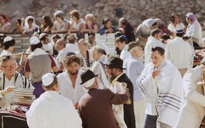 Bob Dylan, troisième à partir de la gauche, avec son fils Jesse, dans le talith blanc sur la droite, au mur Occidental en septembre 1983. (Crédit : Facebook)