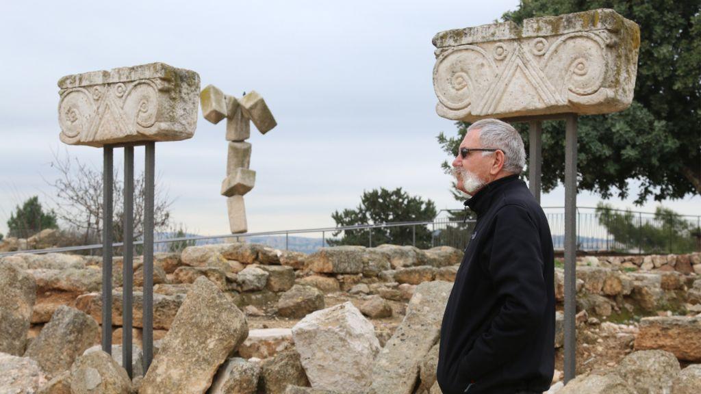 Le secrétaire du Kibbutz Jossef (Joha) Engel à côté de ruines datant du 8ème siècle avant notre ère au Kibboutz Ramat Rachel (Crédit : Shmuel Bar-Am)