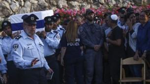Des centaines de personnes étaient présentes aux funérailles du premier sergent Yosef Kirma, 29 ans, tué pendant une attaque terroriste à Jérusalem, le 9 octobre 2016. (Crédit : Hadas Parush/Flash90)