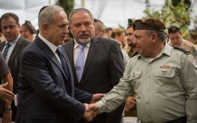 Poignée de mains entre Benjamin Netanyahu et Gadi Eisenkot lors de la cérémonie qui commémore le 43ème anniversaire de la Guerre de Kippour, au cimetière militaire du mont Herzl, le 13 octobre 2016 (Crédits : Hadas Parush/Flash90)
