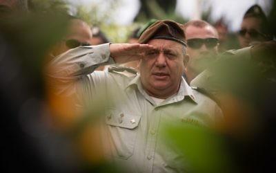 Salut militaire de Gadi Eisenkot, chef d'état major de l'armée israélienne, lors de la cérémonie commémorative de la Guerre de Kippour le 13 octobre 2016 au mont Herzl. (Crédits : Hadas Parush/Flash90)