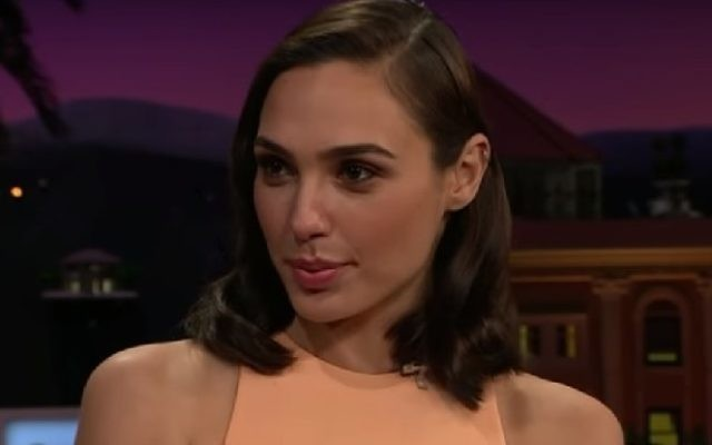"Gal Gadot dans le ""Late Late Show"" de James Corden, le 21 octobre 2016. (Crédit : capture d'écran YouTube)"