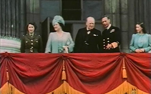 De gauche à droite : la princesse Elizabeth, la reine Elizabeth, Winston Churchill, le roi George VI et la princesse Margaret au balcon de Buckingham Palace, le 8 mai 1945. (Crédit : Wikimedia Commons/domaine public)