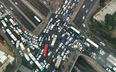 Embouteillage sur l'autoroute Ayalon, à Tel Aviv, le 28 octobre 2015. (Crédit : Simcha Simon/autorisation)