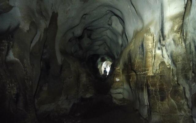 L'intérieur de la grotte Hariton, en Cisjordanie. (Crédit : capture d'écran Google Earth)