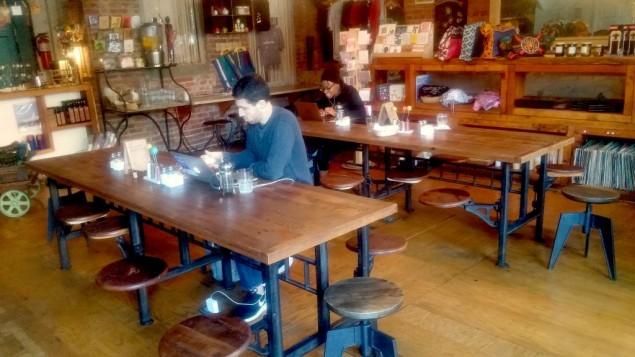 Silvana, café israélien et salle de concert de Harlem, est géré par un Israélien qui vit depuis plus de dix ans dans le quartier. (Crédit : Ben Sales/JTA)