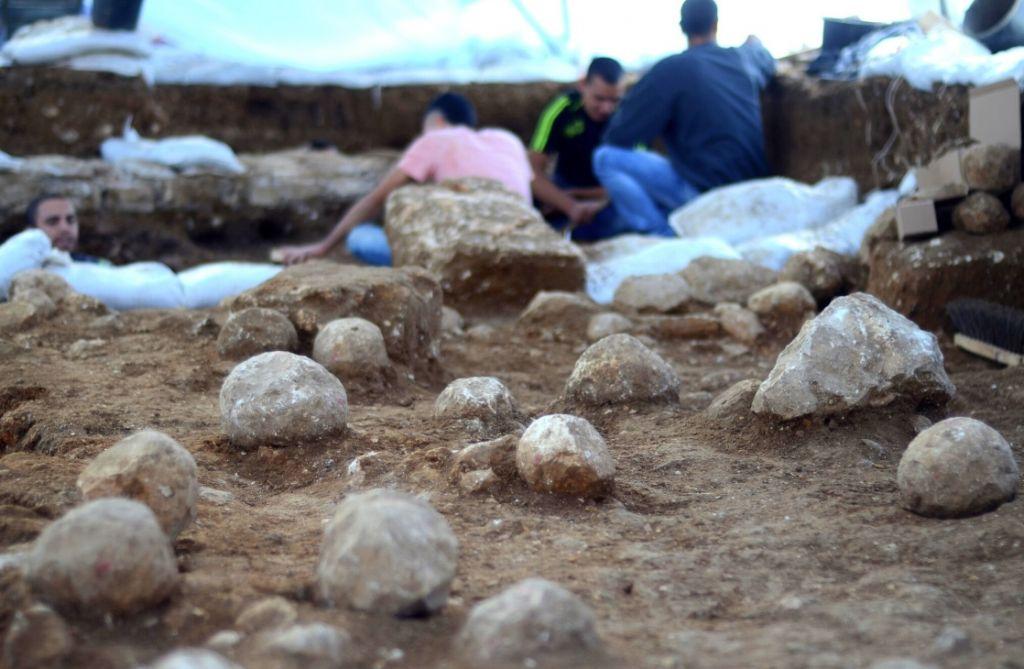 Les blocs de roches catapultés par les Romains contre les défenseurs juifs (Crédit : Yoli Shwartz / Israel Antiquities Authority)
