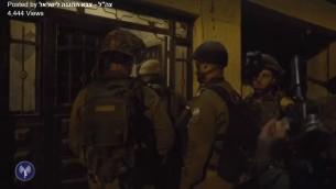 Les soldats israéliens au domicile d'un terroriste du Hamas qui a dirigé l'attentat d'octobre 2015 qui a tué Eitam et Naama Henkin, le 11 octobre 2016. (Crédit : capture d'écran Facebook/armée israélienne)