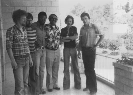 Une délégation de l'union nationale des étudiants au Liban et en Israël pendant l'été 1977. À l'extrême gauche, Colin Talbot du groupe marxiste international; troisième à gauche, Trevor Phillips, secrétaire national NUS et à l'extrême droite, David Aaronovitch, le vice président du NUS (Crédit : Autorisation Talbot)