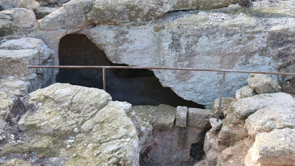 Une ancienne grotte funéraire juive dans les jardins archéologiques de Ramat Rachel (Crédit : Shmuel Bar-Am)