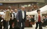 Hanin Zoabi (à droite) et Ahmad Tibi (au centre) rejoignent les autres députés de la Liste arabe unie pendant qu'ils quittent la Knesset pendant le discours d'inauguration de la session parlementaire hivernale du Premier ministre Benjamin Netanyahu, le 31 octobre 2016. (Crédit : capture d'écran YouTube)