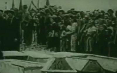 Les funérailles de dizaines de Juifs tués lors d'un pogrom à Kielce, en Pologne, en 1946. (Capture d'écran YouTube)