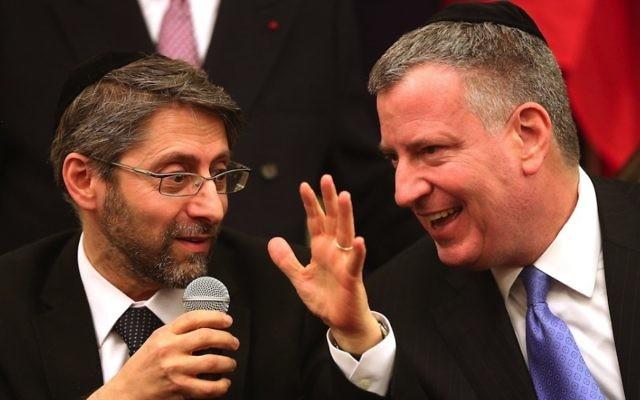 Le Grand Rabbin français Haim Korsia, à gauche, et le maire de New York Bill de Blasio à la Synagogue de Park Eastà New York, le 19 février 2015 (Crédit : Spencer Platt / Getty Images / JTA)