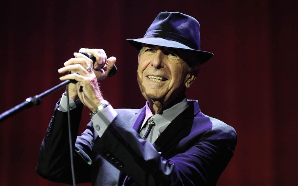Leonard Cohen, en concert à Londres, en septembre 2013. (Crédit : Brian Rasic/Getty Images via JTA)