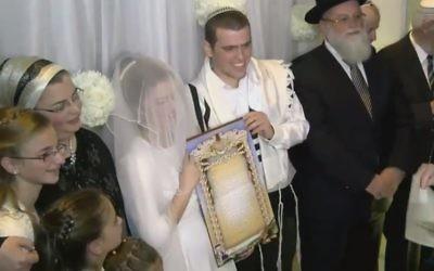 Sarah Techiya Litman et Ariel Beigel se sont mariés à Jérusalem en novembre 2015, deux semaines après le meurtre de son père et de son frère dans une attaque terroriste. (Capture d'écran YouTube)